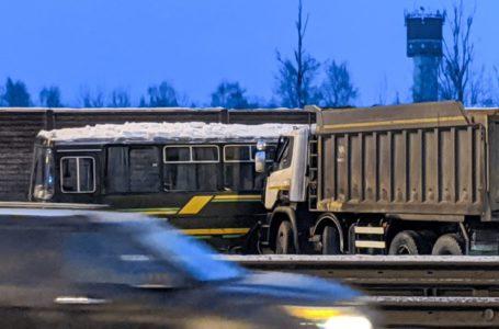 СК возбудил уголовное дело по факту столкновения самосвала с военными автобусами