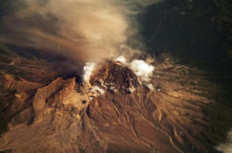 Камчатский вулкан Шивелуч выбросил семикилометровый столб пепла
